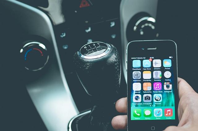vezetés közben telefonálás